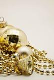 Украшение золота рождества, шарики, вверх изолированные шарики, близкое колокола Стоковые Фото