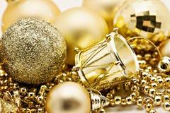 Украшение золота рождества, шарики, вверх изолированные шарики, близкое колокола Стоковое Изображение