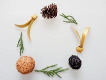 Украшение или орнамент рождества клали в рамку круга составленную зеленого шарика ветви сосны, конуса коричневой сосны, коричневы Стоковое Изображение RF