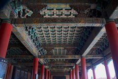 Украшение и дизайн традиционного китайския на потолке здания внутри запретный город в Пекине, Китай Стоковые Изображения RF