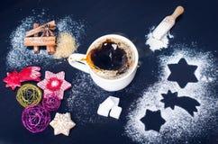 Украшение и печенья рождества Рука женщины брызгая сахар на печенья Мука и специи для выпечки на темном backg Стоковое фото RF