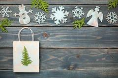 Украшение и подарок рождества кладут в мешки на деревянной предпосылке Стоковое Фото