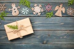 Украшение и подарочная коробка рождества на деревянной предпосылке Стоковое Изображение RF