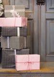Украшение и подарочная коробка венка на двери на праздник рождества Стоковая Фотография
