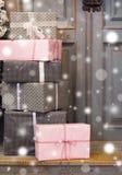 Украшение и подарочная коробка венка на двери на праздник рождества Стоковое фото RF