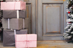 Украшение и подарочная коробка венка на двери на праздник рождества Стоковая Фотография RF