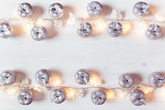 Украшение и света яблок рождества серебряное горя на белой деревянной предпосылке Стоковая Фотография RF