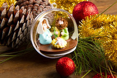Украшение и шпаргалка рождества на деревянном столе Стоковое фото RF
