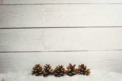 Украшение конуса сосны на поддельном снеге Стоковое Изображение RF