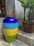 Украшение красивой красочной вазы внешнее стоковое изображение