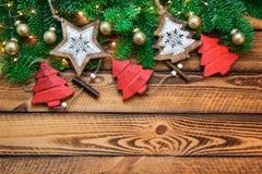 Украшение красного золота рождества винтажное с зеленой ветвью ели над темной деревянной предпосылкой стоковые изображения rf