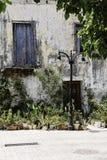 Украшение крылечка с цветками в баках дом входа к Стоковое Фото