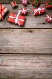 Украшение на рождество и Новый Год на деревянной предпосылке Стоковые Изображения RF