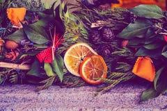Украшение Нового Года венка рождества праздничное на улице Стоковое Изображение RF