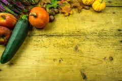 Украшение осени на деревенской деревянной доске Стоковые Изображения