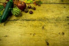 Украшение осени на деревенской деревянной доске Стоковая Фотография RF