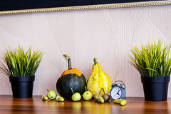 украшение осени домашнее с красочными декоративными тыквами стоковые изображения
