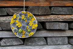 Украшение осени сделанное из диких растений в круглой коробке Стоковая Фотография