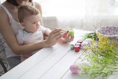 украшение пасха младенца делая мать Стоковое фото RF