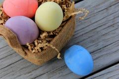 Украшение пасхального яйца и милая сплетенная корзина Стоковая Фотография RF