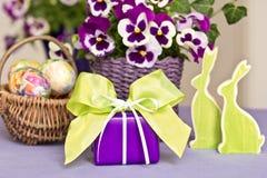 Украшение пасхи в свежих цветах Стоковое Фото