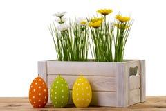 Украшение пасхи - деревянная коробка с цветком и свечами в форме изолированного яичка Стоковые Изображения