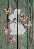 Украшение пасхи - покрашенные бабочки зайчика и бумаги на деревянной деревенской предпосылке сбор винограда типа лилии иллюстраци Стоковое Фото