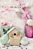Украшение пасхи с винтажным фидером и яичками птицы стиля Стоковые Фотографии RF