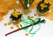 Украшение пасхи с желтыми primulas Стоковая Фотография RF