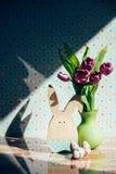 Украшение пасхи с пастельными цветами Стоковые Фото