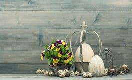Украшение пасхи с яичками и цветками pansy Стоковая Фотография RF