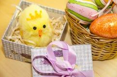 Украшение пасхи с яичками и цыпленком Стоковые Фото