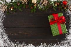 Украшение, подарочная коробка и гирлянда рождества обрамляют предпосылку Стоковые Фотографии RF