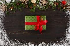 Украшение, подарочная коробка и гирлянда рождества обрамляют предпосылку Стоковое Изображение RF