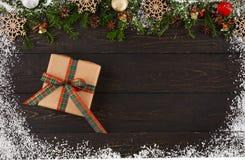 Украшение, подарочная коробка и гирлянда рождества обрамляют предпосылку Стоковое фото RF