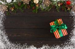 Украшение, подарочная коробка и гирлянда рождества обрамляют предпосылку Стоковые Фото