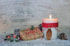 Украшение подарочной коробки рождества с светом горящей свечи Стоковые Изображения RF