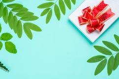 Украшение подарочной коробки с зелеными лист Стоковые Изображения