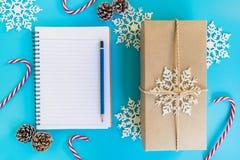 Украшение подарочной коробки, тетради и рождества взгляд сверху коричневое для n Стоковое Фото