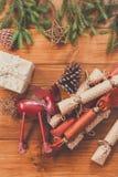 Украшение, подарочные коробки и гирлянда рождества обрамляют предпосылку Стоковые Изображения