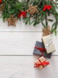 Украшение, подарочные коробки и гирлянда рождества обрамляют предпосылку Стоковое фото RF