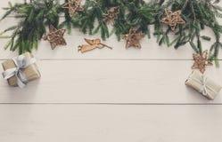 Украшение, подарочные коробки и гирлянда рождества обрамляют предпосылку Стоковое Фото