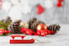 Украшение праздника с светами и конусами рождества над деревянным b Стоковое фото RF