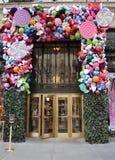 Украшение праздников универмага Пятого авеню мешков роскошное озаглавило землю ` ` 1000 наслаждений в Манхаттане Стоковые Изображения