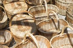 Украшение, плетеные корзины handmade в традиционное средневековое sh Стоковые Фотографии RF