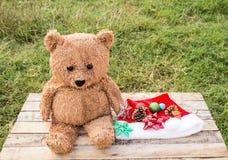 Украшение плюшевого медвежонка и рождества на деревянном столе Стоковая Фотография RF