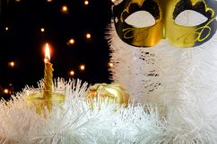 Украшение рождества белое с подарком и свечой и праздничной гирляндой маски на заднем плане Стоковое Изображение RF