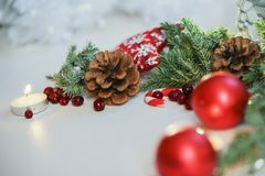 Украшение 2018 рождества для таблицы, шариков рождественской елки красных, горя свечи с ветвью ели и свечи на деревянной предпосы Стоковая Фотография RF