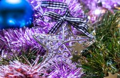 Украшение рождества, звезда на красочных гирляндах Стоковая Фотография RF