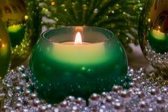Украшение рождества зеленое Сгорели свечи и шарики Стоковое Изображение RF